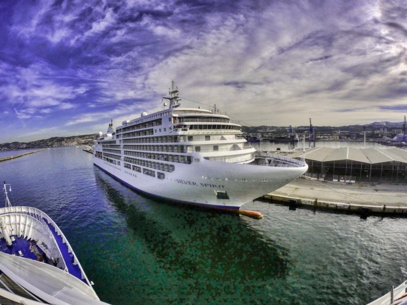 Voyage technique d'un Silversea croisant un Silversea amarré © Vincent BACCELLI