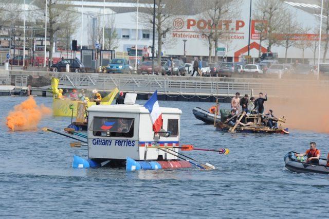 Course de baignoires sur le bassin Paul Vatine, étudiants de l'ENSM du Havre.